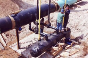 How does Innopipe remove fluids from natural gas pipelines?